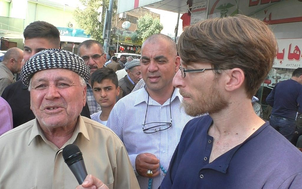 Reporter Ziv Genesove speaks to residents of Dohuk, in Iraqi Kurdistan, on election day, May 12, 2018. (Ziv Genesove/ Times of Israel)