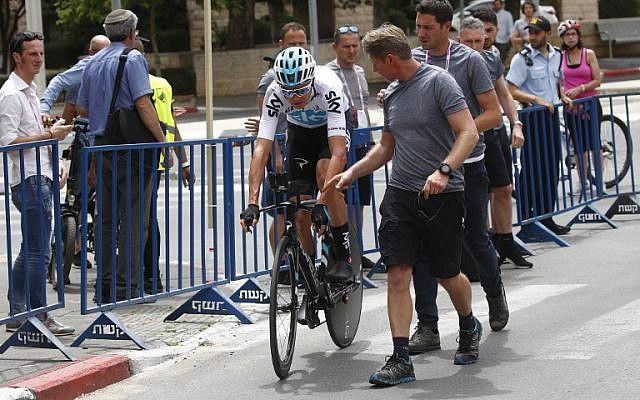 British rider Christopher Froome rides after a crash during reconnaissance of the route in the 9,7 km 1st stage of the 101th Giro d'Italia, Tour of Italy, on May 4, 2018 in Jerusalem. ( AFP PHOTO / LUK BENIES)