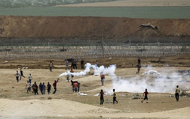 Palestinians take part in weekly clashes along the border between Israel and the Gaza Strip, east of Jabaliya, on May 4, 2018. (AFP Photo/Mohammed Abed)