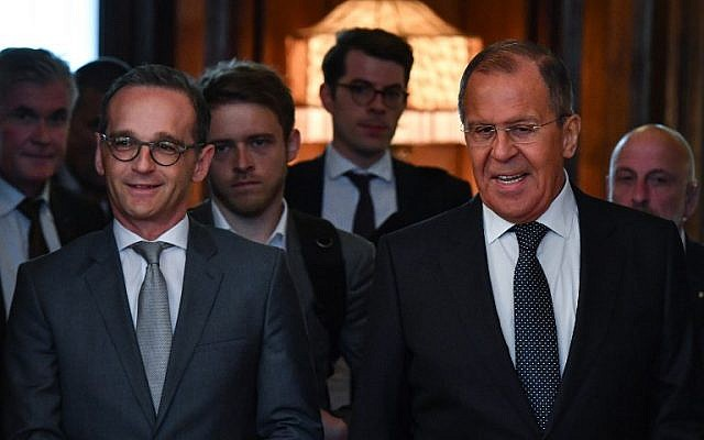 Russian Foreign Minister Sergei Lavrov (R) and his German counterpart Heiko Maas enter a hall during a meeting in Moscow on May 10, 2018. (AFP PHOTO / Yuri KADOBNOV)
