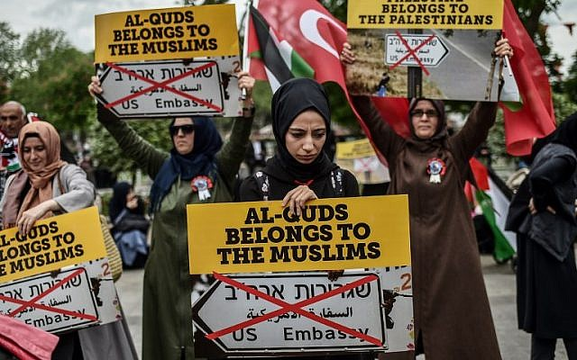 "Women protestors hold placards reading ""Al Quds belongs to muslims"" on May 11, 2018 in Istanbul, during a demonstration against US President Donald Trump's decision to recognize Jerusalem as Israel's capital and move the US embassy to the city.  (AFP PHOTO / OZAN KOSE)"