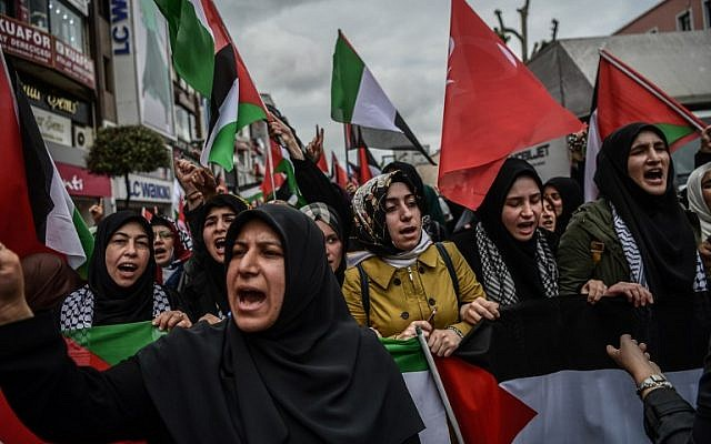 Protesters wave Turkish and Palestinian flags as they shout slogans against Israel and USA during a demonstration in Istanbul on May 11, 2018, against US President Donald Trum's policy to recognize Jerusalem as Israel's capital and move the  a US embassy to the city.  (AFP PHOTO / OZAN KOSE)