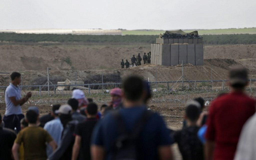 Palestinians confronts Israeli forces near the border between the Gaza strip and Israel east of Gaza City on May 14, 2018. (AFP Photo/Mahmud Hams)