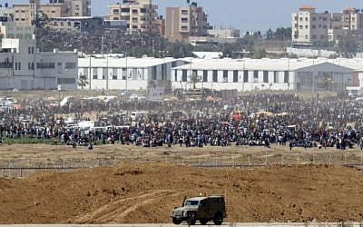 Palestinian protesters gathering along the border fence between the Gaza Strip and Israel, May 14, 2018. (JACK GUEZ/AFP)