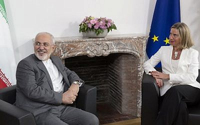 Iranian Foreign Minister Mohammad Javad Zarif (L) meets with European Union foreign policy chief Federica Mogherini to discuss Iran's nuclear deal, on May 15, 2018 at EU headquarters in Brussels. (AFP Photo/Pool/Thierry Monasse)