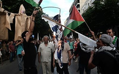 Palestinians who live in Thessaloniki burn USA and an Israeli flags in front of the US consulate during a demonstration on May 17, 2018, to denounce the bloodshed along the Gaza border and the relocation of the US embassy to Jerusalem.  (AFP/Sakis MITROLIDIS)