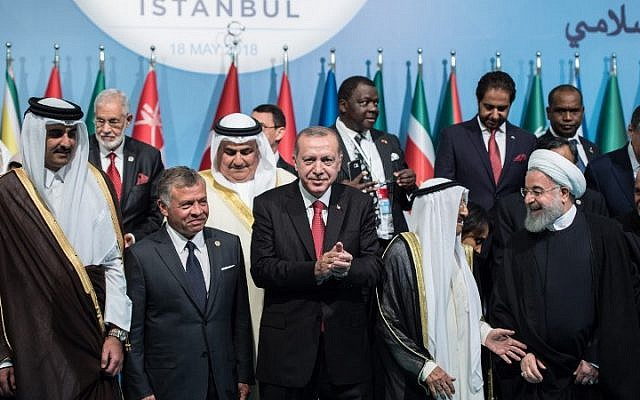 Turkish President Recep Tayyip Erdogan (C), Kuwaiti Emir Sheikh Sabah Al-Ahmad Al-Sabah (2-R), Iranian President Hassan Rouhani (R) and King Abdullah II of Jordan (2-L), pose with other participants for a family photo session at the extraordinary summit of the Organization of Islamic Cooperation (OIC) in Istanbul, on May 18, 2018. (AFP PHOTO / Yasin AKGUL)