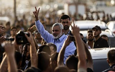 Ismail Haniyeh, the Head of Hamas, gestures to demonstrators at a a protest camp during clashes with Israeli forces along the border with the Gaza Strip east of Gaza City on May 18, 2018. (AFP PHOTO / MAHMUD HAMS)