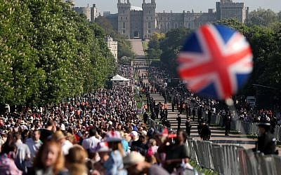 Well-wishers line the Long Walk leading to Windsor Castle ahead of the wedding and carriage procession of Britain's Prince Harry and Meghan Markle in Windsor, on May 19, 2018. (AFP PHOTO / Daniel LEAL-OLIVAS)