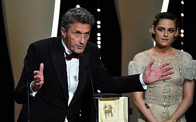 "Polish director Pawel Pawlikowski (L) delivers a speech on stage next to US actress and member of the Feature Film Jury Kristen Stewart after he was awarded with the Best Director prize for the film 'Cold War (Zimna Wojna)"" on May 19, 2018 during the closing ceremony of the 71st edition of the Cannes Film Festival in Cannes, southern France. (AFP PHOTO / Alberto PIZZOLI)"