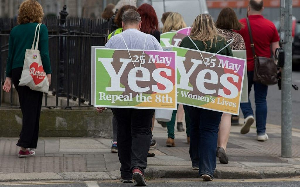 Activists urging people to vote 'yes' in the referendum to repeal the eighth amendment of the Irish constitution, in Dublin on May 24, 2018. (AFP/BARRY CRONIN)