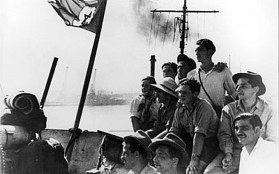 Illegal immigrants on the deck of the Pan York on the day they arrived in Israel, August 14, 1948. (Yad Vashem Archives)