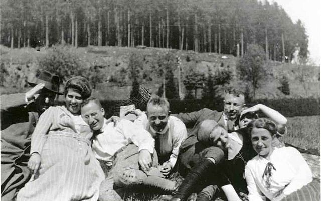 During an outing in 1922, Walter Hollander (third from left) with friends (public domain)