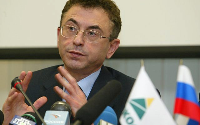 Yukos Chief Executive Simon Kukes speaks at a news conference in company's headquarters in Moscow, Wednesday, Dec. 17, 2003.  (AP/Misha Japaridze)