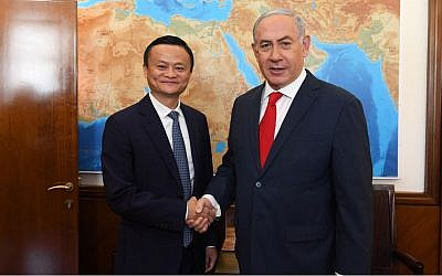 Prime Minister Benjamin Netanyahu (R) shakes hands with Alibaba founder Jack Ma on May 2, 2018. (Haim Tzach/GPO)