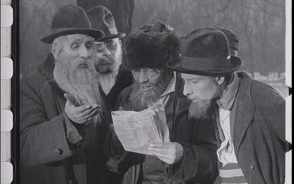 Jews read edict or expulsion from Vienna in the restored 'City Without Jews' (Courtesy of Film Archiv Austria)