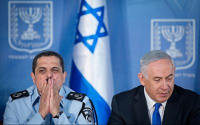Police Commissioner Roni Alsheich, left, and Prime Minister Benjamin Netanyahu at a ceremony welcoming Alsheich to the job, at the Prime Minister's Office in Jerusalem on December 3, 2015. (Miriam Alster/Flash90)