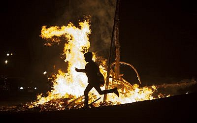 A lag B'Omer bonfire in Jerusalem on May 25, 2016. (Zack Wajsgras/Flash90)