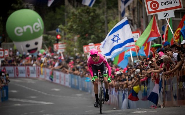 Hundreds of fans cheer the bicycle riders of the 101st Giro D''Italia as they begin the race in Jerusalem on May 4, 2018. (Yonatan SIndel/Flash90)