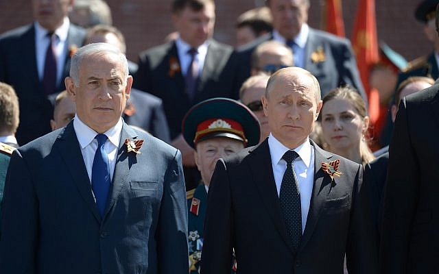 Prime Minister Benjamin Netanyahu, left, and Russian President Vladimir Putin seen during a wreath laying ceremony at the Tomb of the Unknown Soldier in Moscow, on May 9, 2018. (Amos Ben Gershom/GPO)