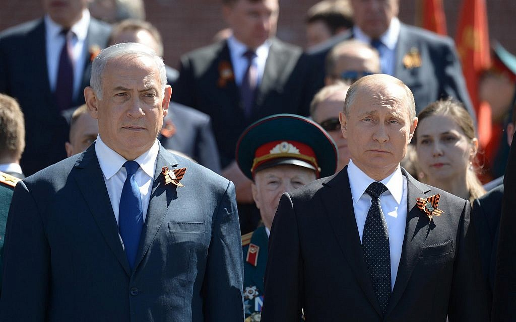 Prime Minister Benjamin Netanyahu (left) and Russian President Vladimir Putin during a wreath-laying ceremony at the Tomb of the Unknown Soldier in Moscow, on May 9, 2018. Both men are wearing the orange and black St. George ribbon (Amos Ben Gershom/GPO)