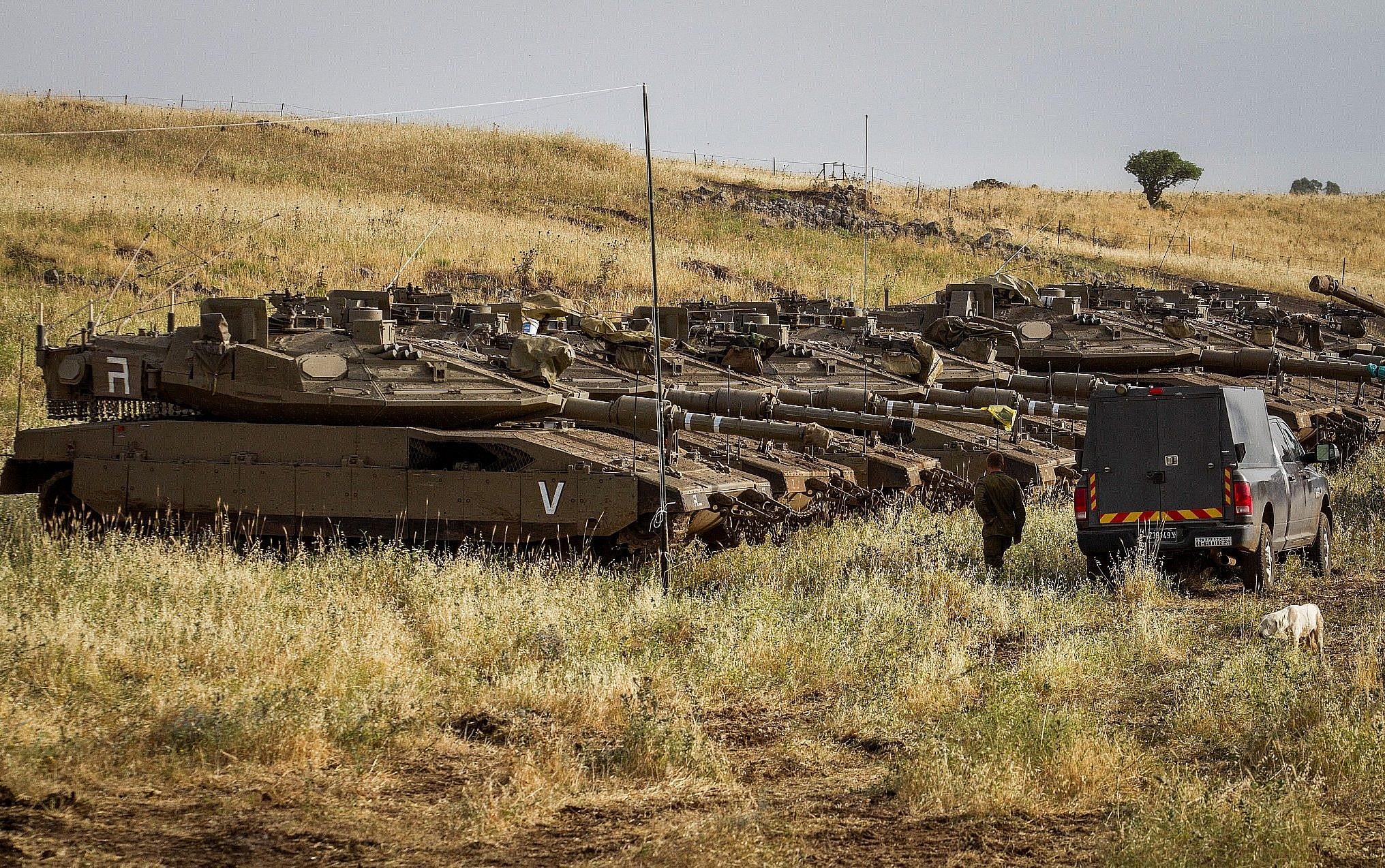 IDF soldiers beside tanks near the Israeli-Syrian border in the Golan Heights on May 10, 2018 (Basel Awidat/Flash90)