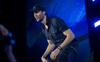 Spanish singer Enrique Iglesias performs at Yarkon Park in Tel Aviv on May 27, 2018. (Miriam Alster/Flash90)