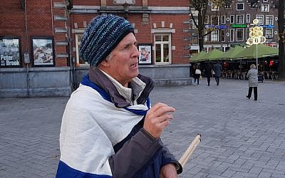 Michael Jacobs protesting BDS demonstrators in Amsterdam, November 17, 2017. (Cnaan Liphshiz/JTA)