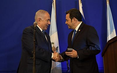 Prime Minister Benjamin Netanyahu (L) and Guatemalan President Jimmy Morales attend a reception at the King David Hotel in Jerusalem on May 16, 2018. (Amos Ben-Gershom/GPO)