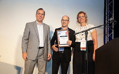 Dr. Ami Appelbaum, Israel Innovation Authority, left, Dr. Gilad Litvin, Chief Medical Officer, CorNeat Vision, center, and  Dr. Irit Yaniv of Accelmed; Tel Aviv, May 17, 2018 (Alexander Elman)