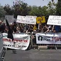 Demonstrators near Prime Minister Benjamin Netanyahu's home in Caesarea, May 25, 2018 (Courtesy)