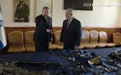 Vice News owner Shane Smith (l) and Prime Minister Benjamin Netanyahu look at pieces of an Iranian drone shot down over Israel in February. (Screen capture: YouTube)