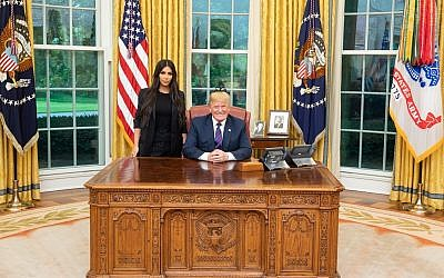 US President Donald Trump poses with Kim Kardashian in the Oval Office, May 30, 2018 (Twitter)