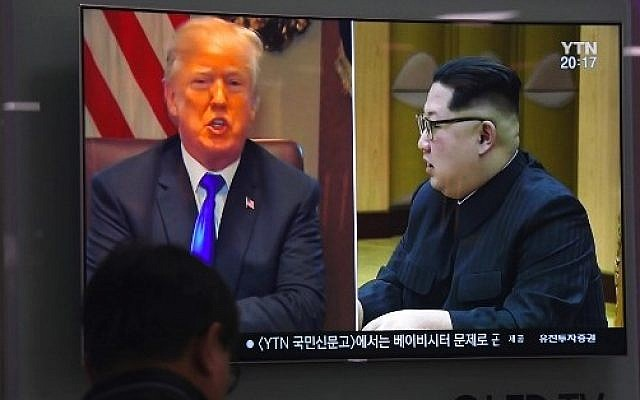 A man watches a television news program showing North Korean leader Kim Jong Un (R) and US President Donald Trump (L) at a railway station in Seoul on May 24, 2018. (AFP PHOTO / Jung Yeon-je)
