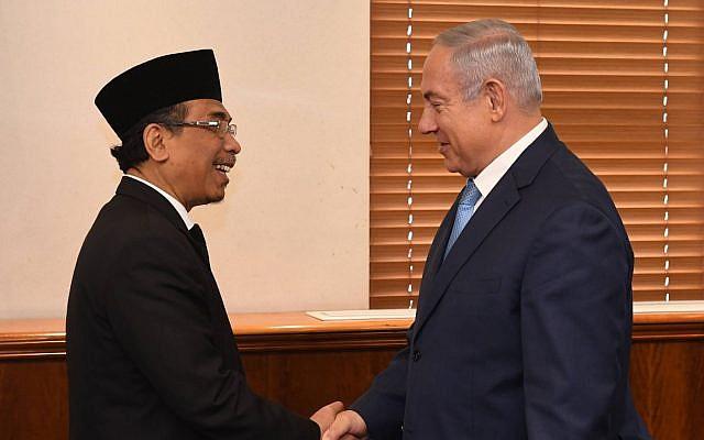 Prime Minister Benjamin Netanyahu meets Sheikh Yahya Cholil Staquf, leader of Nahdlatul Ulama, at his Jerusalem office, June 14, 2018 (Haim Zach, GPO)