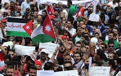 Thousands of Jordanians take to the streets of Amman on May 30, 2018 (AFP PHOTO / Khalil MAZRAAWI)