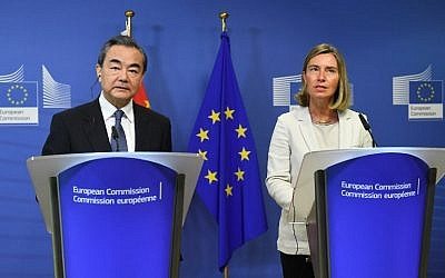 China's Foreign Minister Wang Yi (L) and EU foreign policy chief Federica Mogherini address a joint press conference at the European Commission in Brussels on June 1, 2018. (AFP PHOTO / Emmanuel DUNAND)