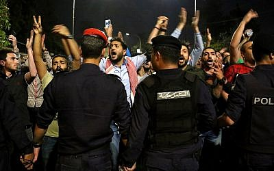 Protesters confront anti-riot policemen as they protest against against a proposed income tax draft law in front of the Prime Minister's office in Amman, late on June 1, 2018.(AFP PHOTO / STRINGER)