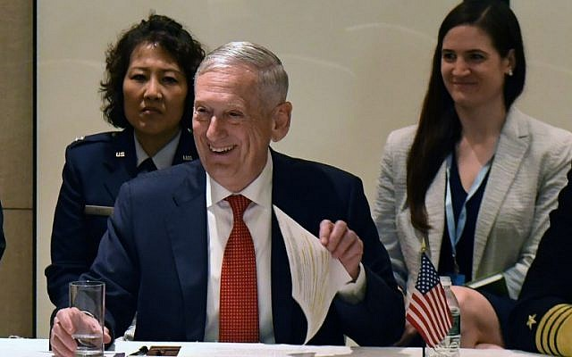 US Secretary of Defenדe James Mattis (C) attends a trilateral meeting with South Korean and Japanese counterparts on the sideline of the 17th Asian Security Summit of the IISS Shangri-La Dialogue in Singapore on June 3, 2018. (AFP PHOTO / Roslan RAHMAN)