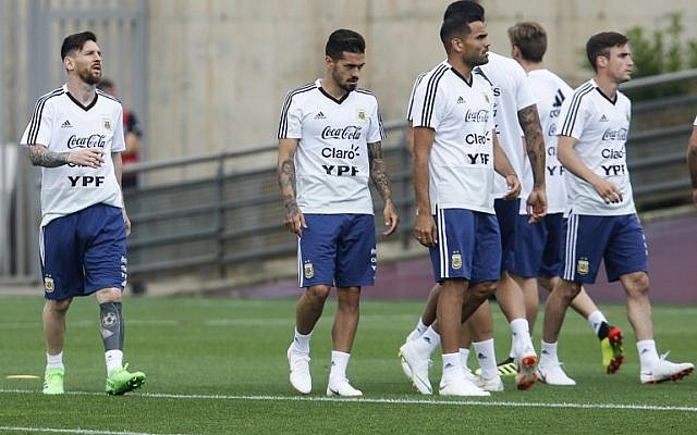 Argentina's forward Lionel Messi (L) and teammates take part in a training session at the FC Barcelona 'Joan Gamper' sports center in Sant Joan Despi near Barcelona on June 5, 2018. (AFP / PAU BARRENA)