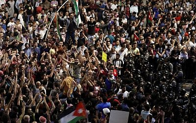 Jordanian police face off demonstrators during a protest near the prime minister's office in Amman, Jordan, on June 6, 2018. (AFP PHOTO/AHMAD GHARABLI)