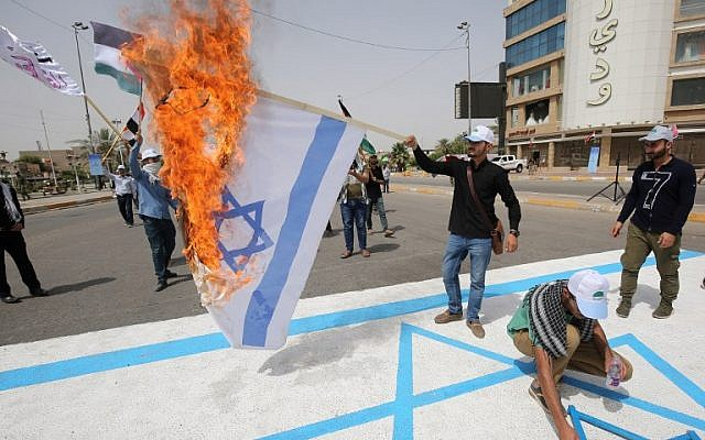 Shiite fighters of paramilitary units burn an Israeli flag drawing during a rally to mark  al-Quds Day em), a commemoration first initiated by Iran in 1979 to fall on the last Friday of the holy month of Ramadan, in the capital Baghdad on June 8, 2018. / AFP PHOTO / AHMAD AL-RUBAYE