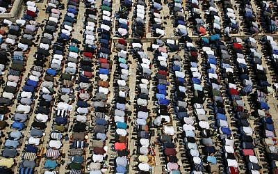 Palestinians gather to perform the last Friday prayers of the Muslim holy month of Ramadan at the Al-Aqsa mosque compound in the old city of Jerusalem on June 8, 2018. (AFP PHOTO / HAZEM BADER)