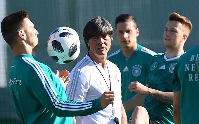 Germany's coach Joachim Loew (C) speaks with his players as he leads a training session in Vatutinki, near Moscow, on June 15, 2018 (AFP PHOTO / Patrik STOLLARZ)
