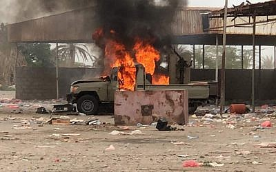 This picture shows an armored vehicle on fire as Yemeni pro-government forces conduct an attack on Houthi rebels positions in the area of al-Fazah in Yemen's Hodeida province on June 16, 2018. (AFP)