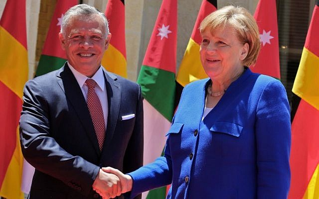Jordanian King Abdullah II (left) welcomes German Chancellor Angela Merkel at the Jordanian Royal Palace in Amman on June 21, 2018.  (AFP PHOTO / Khalil MAZRAAWI)