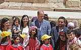 Britain's Prince William (C) and Jordanian Crown Prince Hussein bin Abdullah (R) chat with Syrian and Jordanian school children during their visit to the Jerash archaeological site, June 25, 2018 (AFP PHOTO / AHMAD ABDO)