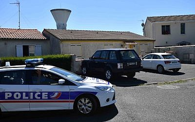 Police officers drive a car on June 25, 2018 in Tonnay-Charente near the house of Guy S., the alleged leader of a group linked with the ultra right 'AFO' (Action of Operational Forces) who was arrested along with 9 other people in France for allegedly planning attacks against Muslims in France. (AFP PHOTO / XAVIER LEOTY)