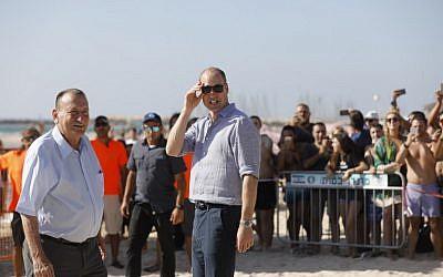 Britain's Prince William, center, walks with Tel Aviv Mayor Ron Huldai, left, as they visit a beach in the coastal Mediterranean city on June 26, 2018. (Menahem KAHANA/AFP)