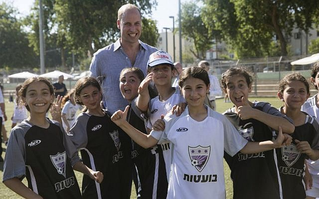 Britain's Prince William poses for a group photo with Jewish and Arab children at the Neve Golan Stadium in the Israeli Mediterranean coastal city of Jaffa on June 26, 2018. (AFP PHOTO / POOL / Heidi Levine)